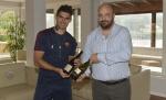 Perotti mostra due delle 36 bottiglie del premio GRAPPOLI DI GOAL, offerte della Strada dei Vini dei Castelli Romani.jpg