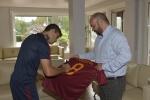 Perotti autografa la maglia che regala alla Redazione di Quaderni.jpg