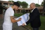 Immobile firma la maglia che ragala alla Redazione di Quaderni.jpg